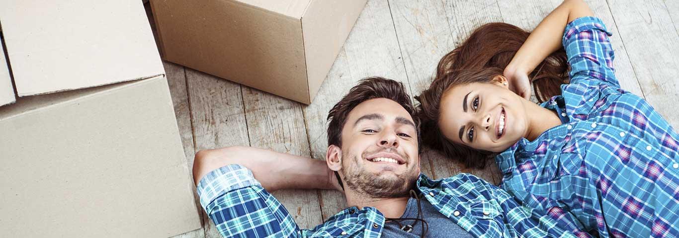 Couple prêt à déménager